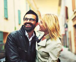 Lachendes Paar in einer Stadt