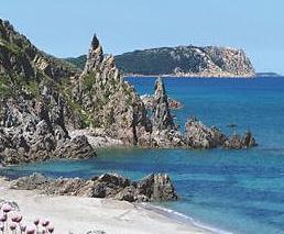 Felsige Klippen am Meer mit Strand