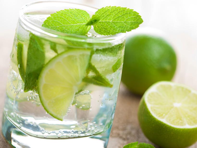 Erfrischender Drink mit Limette und Minze