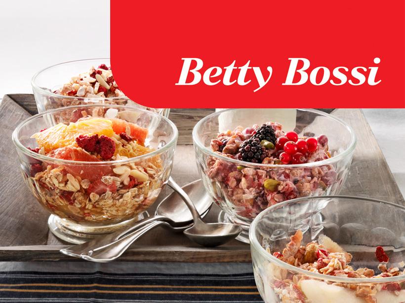 Leckere Desserts mit Früchten und Flocken